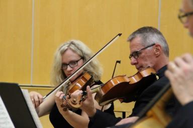 Mikkelin kaupunginorkesterin alttoviulistit Kimmo Aalto ja Pirkko-Liisa Rautavirta ovat soittaneet 30 vuotta pulttikavereina.
